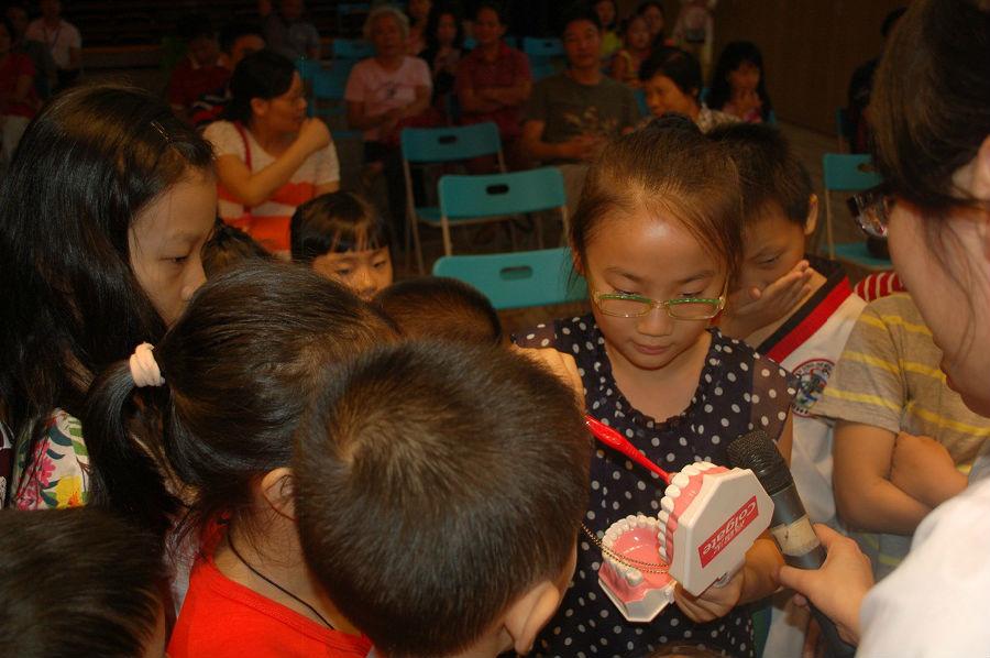 日前,南山区青少年活动中心举办了 儿童口腔保健和 牙齿与科学公益讲座,关注儿童牙齿健康。 活动邀请资深儿童牙科专家主讲,针对3至12周岁的儿童牙齿状况进行深入讲解。此外,区青少年活动中心科学老师现场为孩子们带来了别开生面的科学实验,用实验现象解释了不同物质对牙齿的影响。 《蛇口消息报》(2014年10月30日 A8版)(记者 方俊鹏)